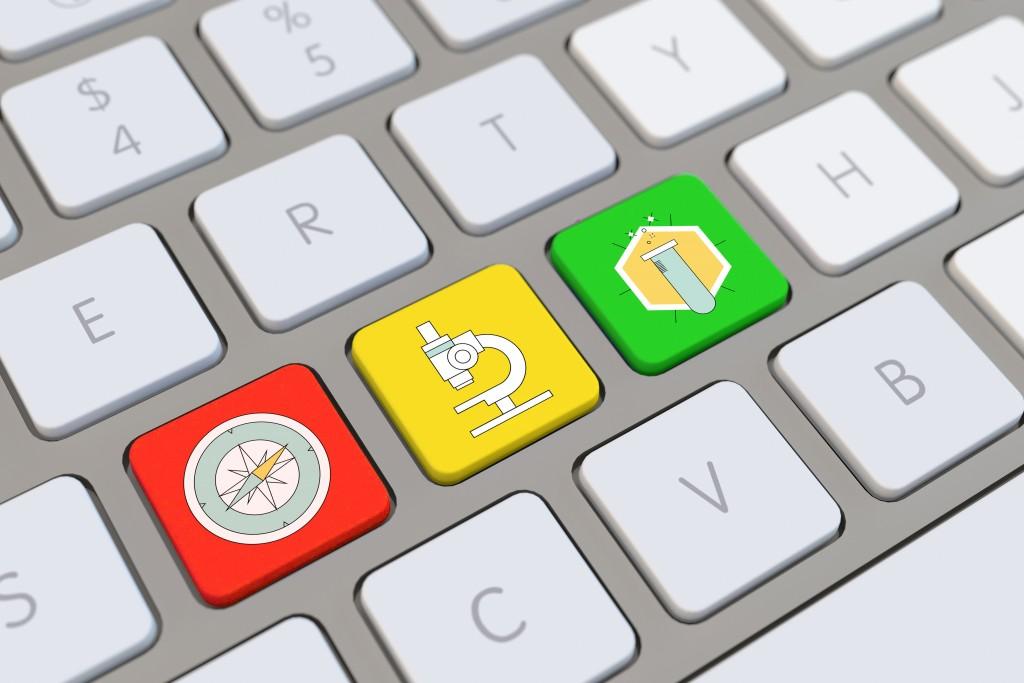 Symbole für Medizin und Wissenschaft auf der Tastatur von einem Computer